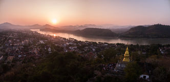Sonnenuntergang über Luang Prabang und Berg Phousi, Laos, Luftbrummen-Schuss stockfotografie