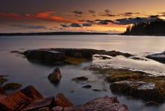 Sonnenuntergang über Maine-Küste mit schönem Himmel Stockbilder