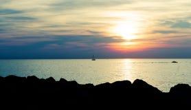 Sonnenuntergang über Meer stockfoto
