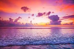 Sonnenuntergang über Meer auf Bali Lizenzfreie Stockfotografie