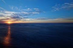 Sonnenuntergang über Meer Bunter Himmel und Wellen in Meer Polen, Jastrzebia Gora Stockfotos