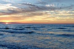 Sonnenuntergang über Meer Bunter Himmel und Wellen in Meer Polen, Jastrzebia Gora Lizenzfreie Stockfotografie