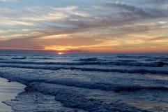 Sonnenuntergang über Meer Bunter Himmel und Wellen in Meer Polen, Jastrzebia Gora Lizenzfreies Stockfoto