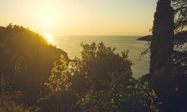 Sonnenuntergang über Meer hinter dem Hügel Lizenzfreie Stockfotos