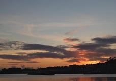 Sonnenuntergang über Meer im Seemanndorf spanien lizenzfreies stockbild