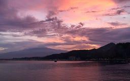 Sonnenuntergang über Mt Ätna in Sizilien, Italien stockbilder