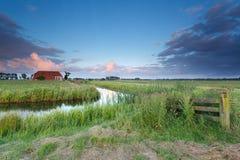 Sonnenuntergang über niederländischem Ackerland Lizenzfreies Stockfoto