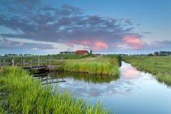 Sonnenuntergang über niederländischem Ackerland mit Fluss Lizenzfreies Stockbild
