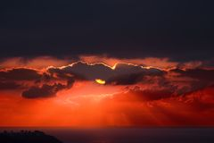 Sonnenuntergang über Ozean ~ Sun-Lichtstrahlen Stockbild