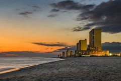 Sonnenuntergang über Panama-Stadt Strand, Skyline Floridas, USA stockbilder