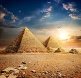 Sonnenuntergang über Pyramiden lizenzfreie stockbilder