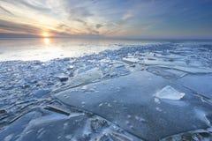 Sonnenuntergang über Regaleis auf gefrorenem See lizenzfreie stockbilder