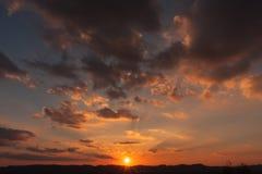 Sonnenuntergang über ruhiger Stadt Lizenzfreies Stockfoto