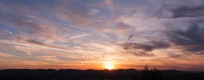 Sonnenuntergang über ruhiger Stadt Stockfotografie