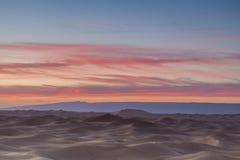 Sonnenuntergang über Sahara-Wüste Lizenzfreie Stockfotografie