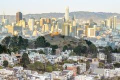 Sonnenuntergang über San Francisco vom Behälter-Hügel in Cole Valley - Doppelspitzen lizenzfreie stockfotografie