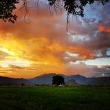 Sonnenuntergang über Schloss-Tal Stockbild
