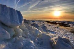 Sonnenuntergang über schneebedeckter Landschaft Lizenzfreies Stockfoto
