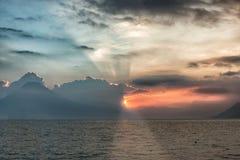 Sonnenuntergang über See Atitlan in Panajachel in Guatemala lizenzfreie stockfotos