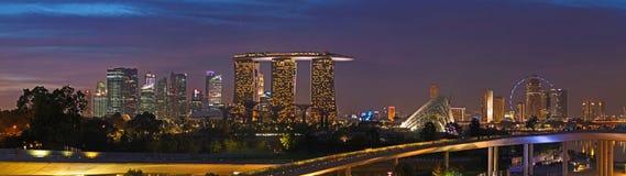 Sonnenuntergang über Singapur vom Jachthafen-Schwall stockbilder
