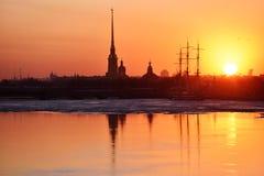 Sonnenuntergang über St Petersburg, Russland Stockfotos