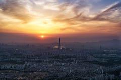 Sonnenuntergang über staubiger Luft in Seoul Lizenzfreie Stockfotos
