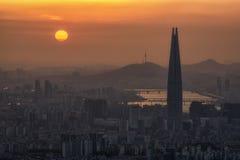 Sonnenuntergang über staubiger Luft in Seoul Lizenzfreies Stockfoto