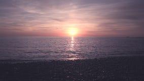 Sonnenuntergang über steinigem Strand in Nord-Wales stock footage