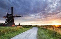Sonnenuntergang über Straße und Windmühle stockfotos