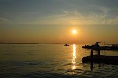 Sonnenuntergang über Strand Vrsi Mulo in Kroatien, adriatisches Meer mit Schattenbildern von den kleinen Booten, von Bojen und vo Stockbilder