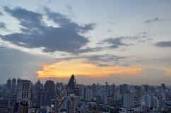 Sonnenuntergang über Sukhumvit-Gebäuden in Bangkok stockfotos