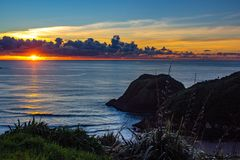 Sonnenuntergang über Taranaki-Küste, neues Plymouth, Neuseeland stockbild
