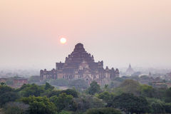 Sonnenuntergang über Tempeln in Bagan, Myanmar Lizenzfreies Stockbild