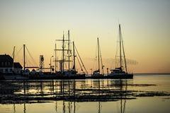 Sonnenuntergang über verankerte Segelboote im Marinesoldaten Lizenzfreies Stockbild