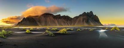 Sonnenuntergang über Vestrahorn und sein schwarzer Sand setzen in Island auf den Strand Lizenzfreies Stockfoto