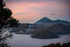 Sonnenuntergang über Vulkan mit Schicht Wolken lizenzfreie stockfotografie