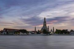 Sonnenuntergang über Wat Arun, Bangkok, Thailand Stockfotos