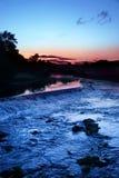 Sonnenuntergang über Wehr stockfoto