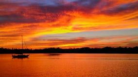 Sonnenuntergang über wenigem Bayou auf Tampa Bay, St Petersburg, Florida lizenzfreie stockfotografie