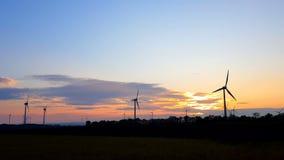 Sonnenuntergang über Windkraftanlagen stock video footage