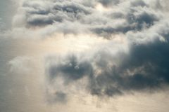 Sonnenuntergang über Wolken vom Flugzeugfenster Stockfotos