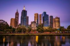 Sonnenuntergang über Wolkenkratzern von Melbourne-Stadtzentrum und von Yarra-Fluss lizenzfreie stockfotografie