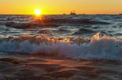 Sonnenuntergang, Abend, Meer, Wellen, Sand, Reise, Entspannung, Schiff Lizenzfreie Stockfotografie