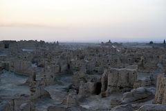 Sonnenuntergang an alten Ruinen Jiaohe, Turpan, China lizenzfreies stockfoto