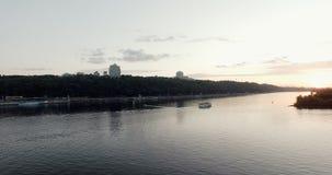 Sonnenuntergang Anfang Mai, der Dnieper-Fluss in der Stadt von Gesamtlänge Kiew-hoher Qualität 10bit Sehr einfache Farbkorrektur stock video