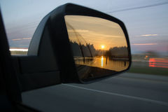 Sonnenuntergang angesehen durch Seitenspiegel Stockbilder