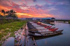 Sonnenuntergang-Ansicht-traditionelle Boote Rawa, das Wonderfull Indonesien einsperrt stockfotografie