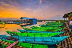 Sonnenuntergang-Ansicht-traditionelles Boot Rawa, das Wonderfull Indonesien einsperrt lizenzfreies stockbild