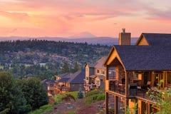 Sonnenuntergang-Ansicht von der Plattform von Luxushäusern Stockfotos