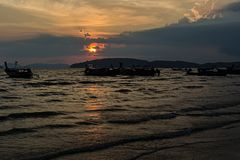 Sonnenuntergang in AO Nang in Krabi lizenzfreie stockfotografie